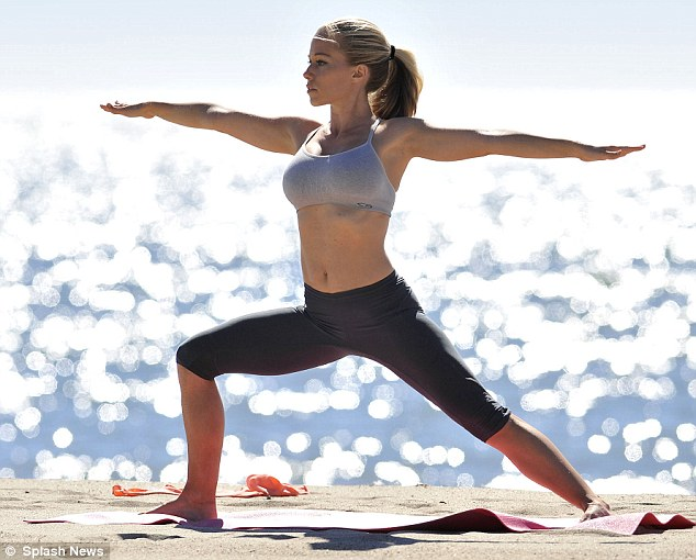 kendra wilkinson workout yoga2