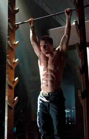 stephen-amell-body-muscles-1