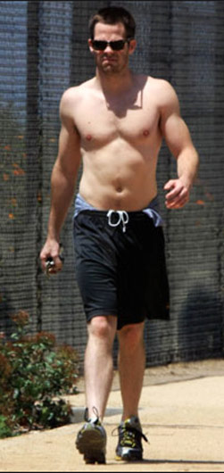 chris pine cross training workout with his shirt off